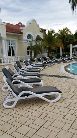 Paradisus Princesa del Mar Resort & Spa: Sun Beds by the pool but no tables !!