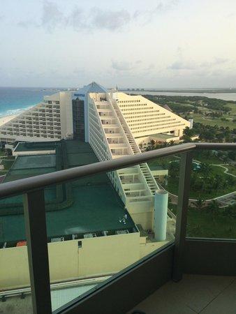 Great Parnassus Family Resort: Vista desde habitación lateral club suite