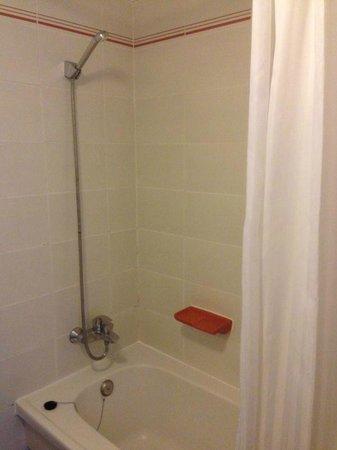 Apartamentos Aguamar: shower/bath