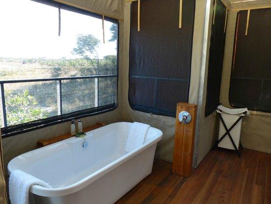Elephant's Eye, Hwange: Large bathroom with bath and outdoor shower