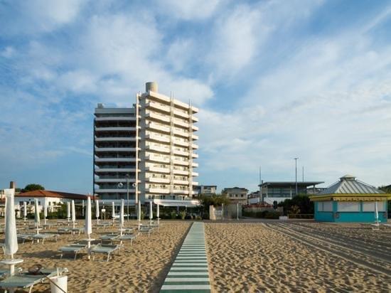 Adriatic Palace Hotel: Blick vom Strand