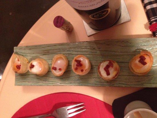Bodega Poblet: Huevos de codorniz en nido de patata con chorizo de Andorra