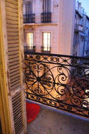 Hello Marseille Hostel: Petit balcon de la chambre