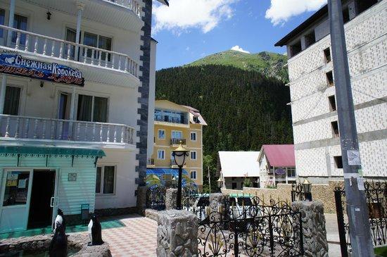 Snezhnaya Koroleva Hotel: рядом парковка