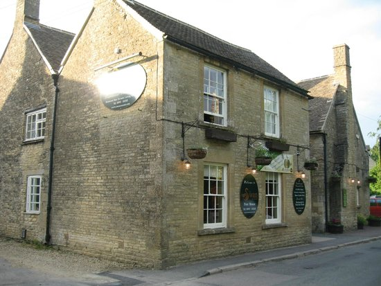 The Swan at Ascott: Front of the Pub/B&B