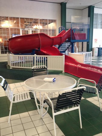 Comfort Suites Appleton Airport: My 5 year old LOVED this awesome slide...not going to lie, their daddy and I did too!��