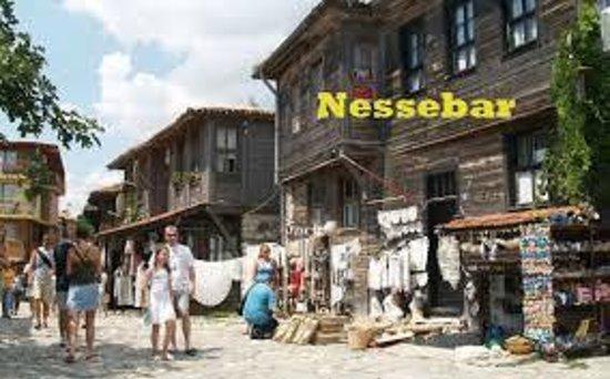 De små gader med boder: fotografía de Antigua ciudad de Nesebar ...