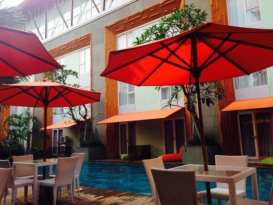 HARRIS Hotel & Residences Sunset Road: kolam renang hotel yang nyaman