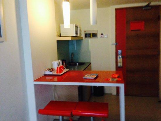 HARRIS Hotel & Residences Sunset Road: meja bar yang pas buat bekerja...menulis laporan sambil menikmati teh sosro atau coffee nescafe