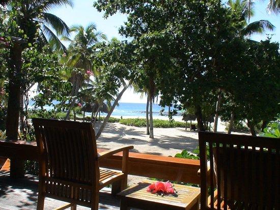 Yasawa Island Resort and Spa: visata dalla veranda con immenso giardino