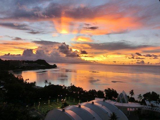 Pacific Star Resort & Spa: サンセット後に刻一刻と変わる空の色が神憑り的美しさです
