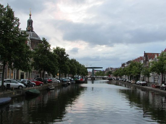 Boutique Hotel Huys van Leyden: Street level view:The green draw bridge