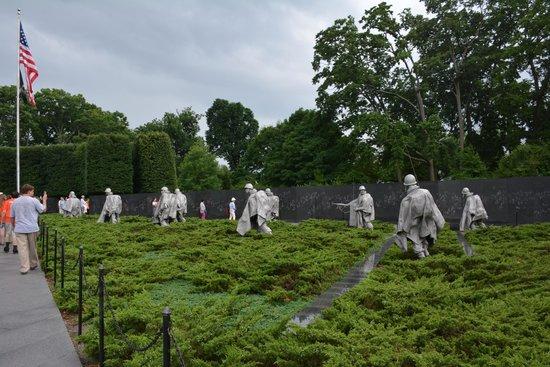 Monumento a los veteranos de la Guerra de Korea: Soldados en campo de batalla (recreación)