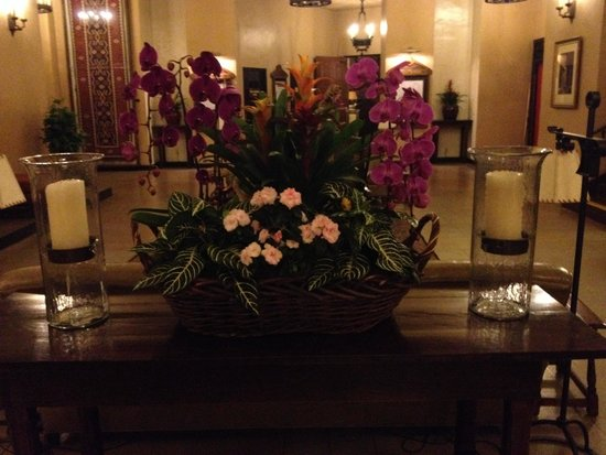 The Majestic Yosemite Hotel: Centerpiece by elevators