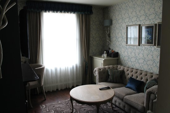 The Drayton Court Hotel: The living room to the Blue Lamp Room Suite