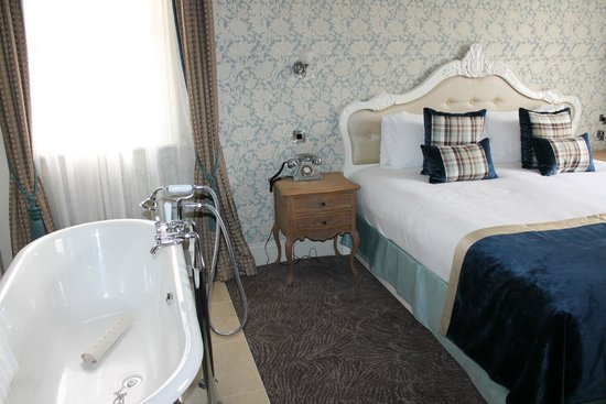 The Drayton Court Hotel: Claw foot tub in the bedroom