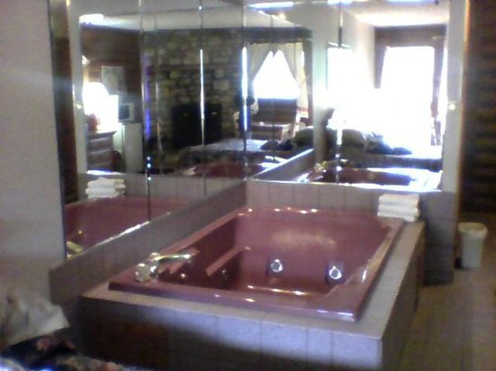 Highland Hills Motel & Cabins : Whirlpool tub is bigger than it looks