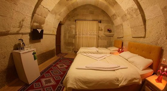 Falcon Cave Suites: Triple or twin room