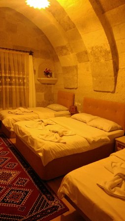 Falcon Cave Suites: Triple Room