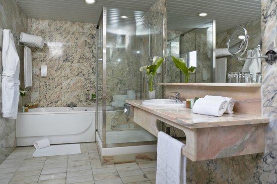 Hesperia Vigo: Bathroom