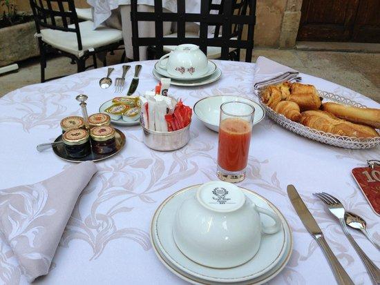 Hotel de Luxe le Cep : テラスで朝食