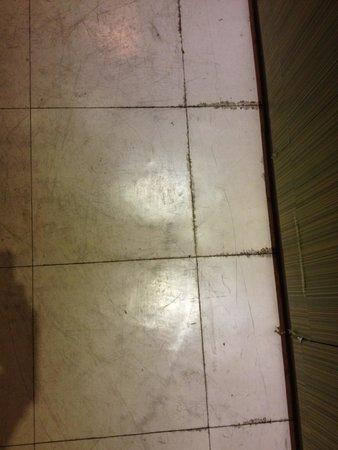 Creatrip House: Grimy floor