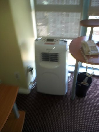 Executive Hotel Vintage Park : The LOUD build in floor unit to replace the broken A/C...