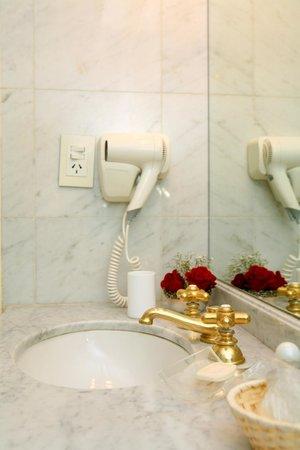 Mayla Apartments: Baño