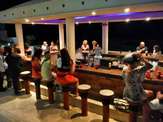 Golden Parnassus All Inclusive Resort & Spa Cancun: outside bar