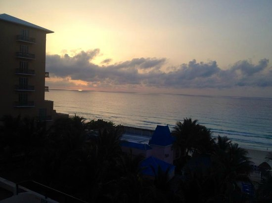 Golden Parnassus All Inclusive Resort & Spa Cancun: Sunrise from our 4th floor room