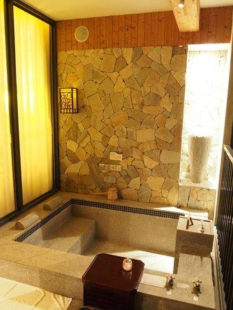 BEST WESTERN PREMIER Trithorn Hotspring Resort: hotspring in room