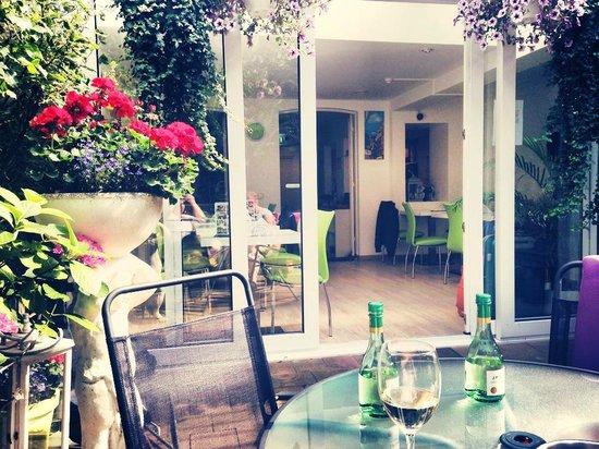 Iris Hotel: The beautiful garden