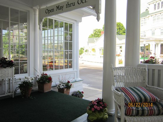 Hotel Iroquois: Enjoying breakfast on the porch