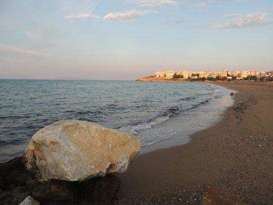 Hotel Avra Rafina: The beach right across the street