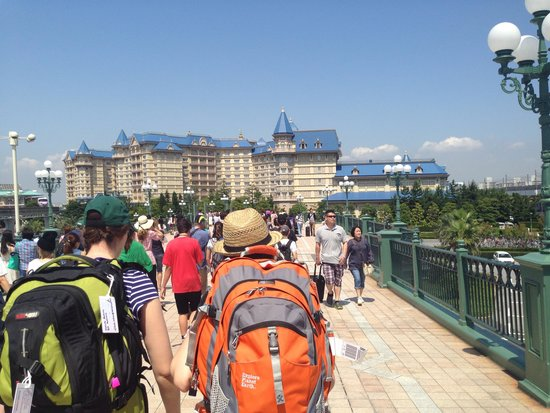 Tokyo Disneyland Hotel : Walking from the train terminal ( we could have caught the disney one to the hotel but didn't re