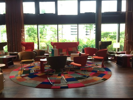 25hours Hotel Zürich West: Reading corner at the lobby