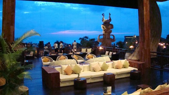 Centara Grand Mirage Beach Resort Pattaya: Вечер в фойе
