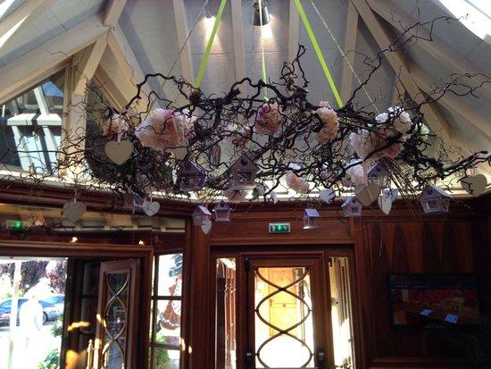 Le Parc Hotel Restaurant & Spa : Lustre à l'entrée