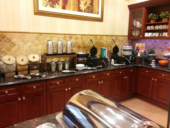 Homewood Suites by Hilton East Rutherford-Meadowlands: Waffle and cereal bar.