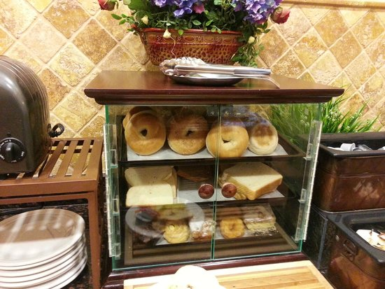 Homewood Suites by Hilton East Rutherford-Meadowlands: Bread and sweet pastry section