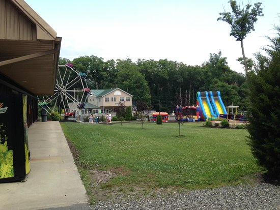 Twin Grove RV Resort & Cottages: Ferris Wheel, Ice Cream Shop and Bouncies