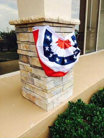 Ramada Plaza Nags Head Oceanfront: Decorated for the 4th of July.