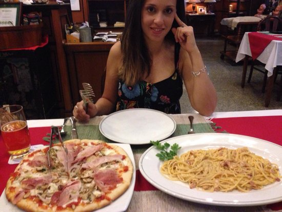 Piccola Roma Palace: Pizza Prosciuto + cebolla + champiñones y espaguetti carbonara. Riquísimo!!!