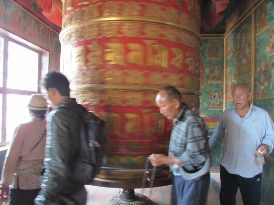 Stûpa de Bodnath : Tibetani girano la ruota delle preghiere
