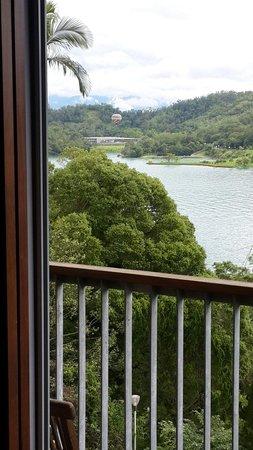 Sun Moon Lake Teachers Hostel: 房間看到向山遊客中心和熱氣球