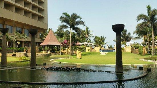 JW Marriott Mumbai Juhu : View to the pool