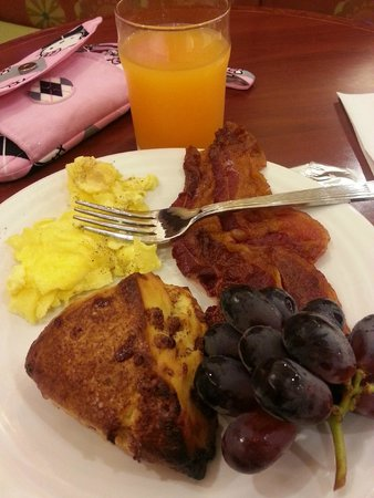 Homewood Suites by Hilton East Rutherford-Meadowlands: Scrambled eggs, extra crispy bacon, fresh, cinnamon scones.