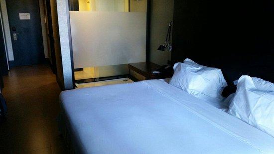 Evidencia Belverde Atitude Hotel : Habitacion con cama doble y cristal hacia el baño