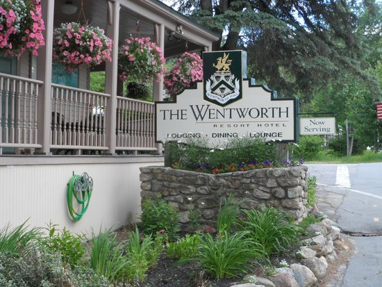 The Wentworth: Front entrance..gorgeous flowers and immaculate