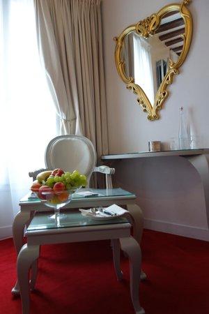 Hotel Konfidentiel: Révolution Française chair and mirror